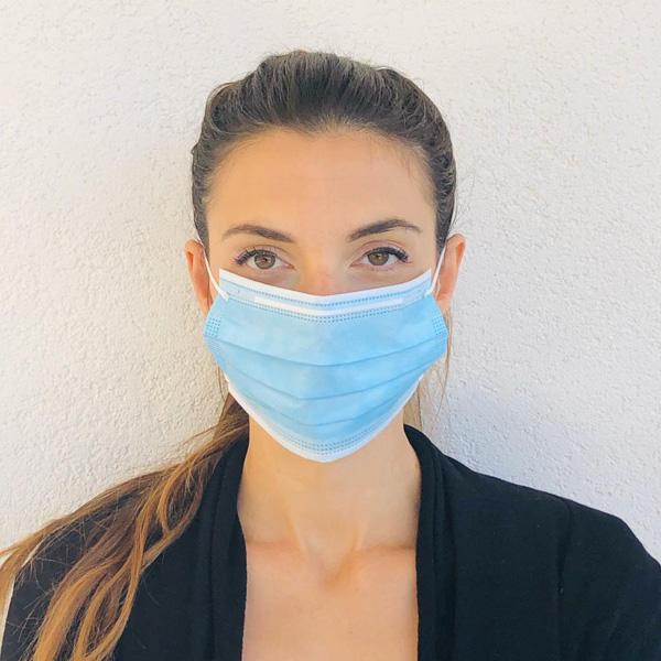 Mascherina chirurgica indossata